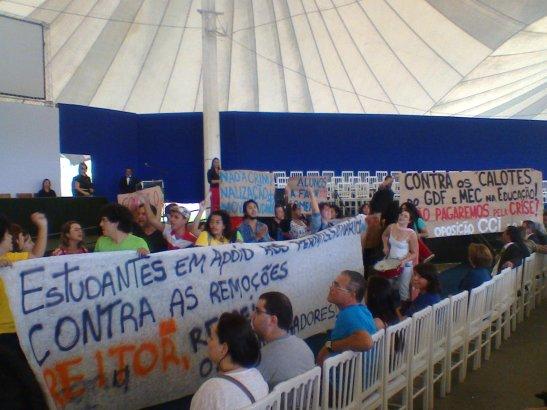 """Protesto pela manutenção dos """"permissionários"""" marca celebração oficial da REItoria"""